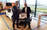 Kalender 2015 overhandigd aan BMW Den Haag